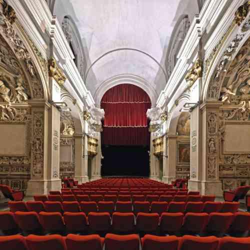 L'ancienne église San Filippo Neri (1651), à L'Aquila (Abruzzes), abrite le théâtre San Filippo depuis 1987. Photographié avant le séisme  qui a frappé la ville le 6 avril 2009, l'édifice, endommagé, est depuis interdit au public. Photo:Andrea Di Martino / Picturetank