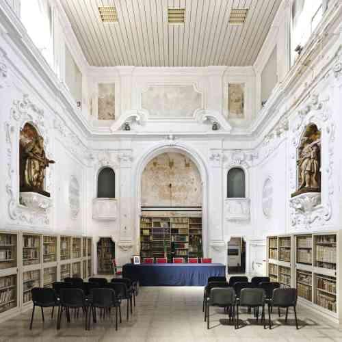 A Gallipoli (Pouilles), pour emprunter un livre  à la bibliothèque municipale, il faut entrer dans l'ancien oratoire dei Nobili. Construite en 1615, cette église a été fermée au culte en 1926,  puis reconvertie à la fin des années 1980. Photo:Andrea Di Martino / Picturetank