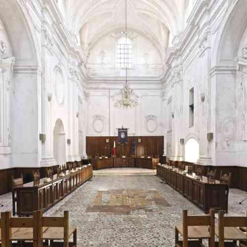 C'est sous ces volumes imposants que se tient le conseil municipal d'Ugento (Pouilles). Edifiée en 1500 puis détruite en 1537, l'église Santa Filomena  a été reconstruite au début du xviiie siècle puis  confisquée par la commune en 1813.Photo:Andrea Di Martino / Picturetank