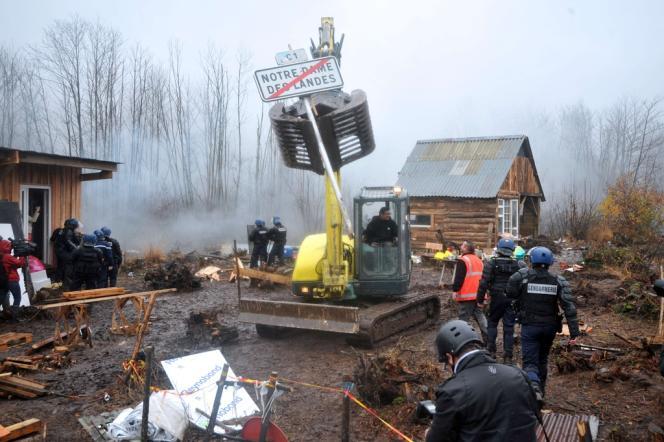 Des pelleteuses détruisent des installations d'opposants au projet d'aéroport, vendredi à Notre-Dame-des-Landes.