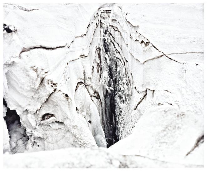 Naoki Ishikawa           Certains guides  mettent en garde contre le faux sentiment de sécurité  créé par la forte fréquentation des sommets de 8 000 mètres. Là-haut, le moindre imprévu peut mener  à la mort. Ci-contre,  le mont Manaslu,  au Népal et ses  profondes crevasses. Photo: Naoki Ishikawa