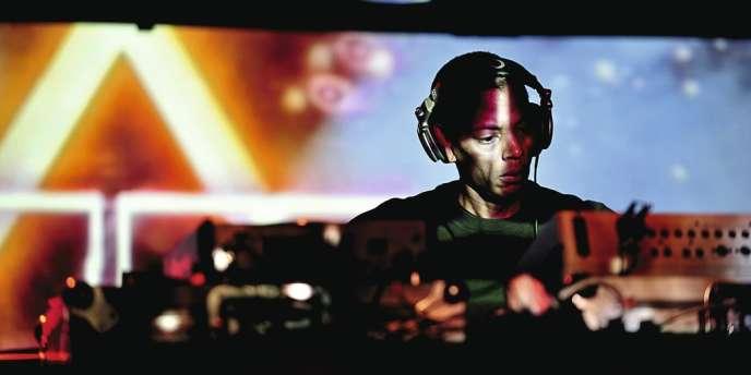 Musique électronique, soul et funk : dans la tradition des DJ de Detroit, les mixes endiablés de Jeff Mills rendent hommage à la culture afro-américaine.