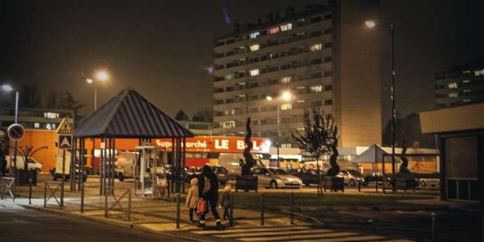Un soir de novembre 2007, dans la cité-dortoir du Val-d'Oise, deux adolescents meurent dans un accident impliquant la police. La ville s'enflamme. Cinq ans après, ces émeutes ont laissé des traces chez les habitants.