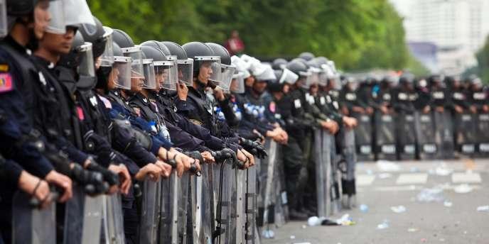 La police thaïlandaise a tiré samedi des grenades lacrymogènes et arrêté des dizaines de personnes lors d'un rassemblement contre le gouvernement à Bangkok, le 24 novembre.