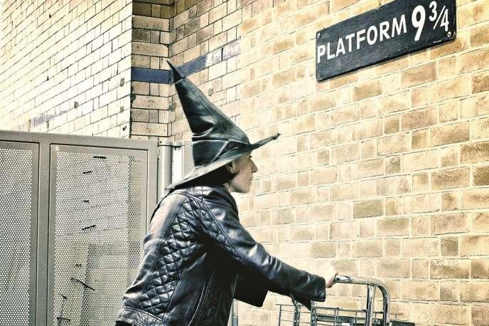 A Londres, le quai de King's Cross Station où s'arrête le train pour Poudlard, dans la fiction de JK Rowling.