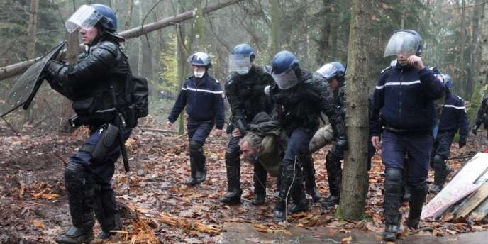 Les forces de l'ordre ont tenté de repousser les opposants au projet d'aéroport à Notre-Dame-des-Landes en chassant les squatteurs à coup de grenades lacrymogènes, vendredi 23 novembre.