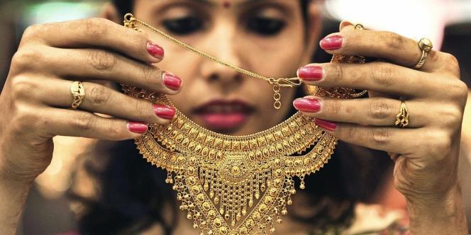 Tradition oblige, l'Inde est le premier acheteur mondial d'or. Problème : ces importations pèsent sur l'équilibre économique.
