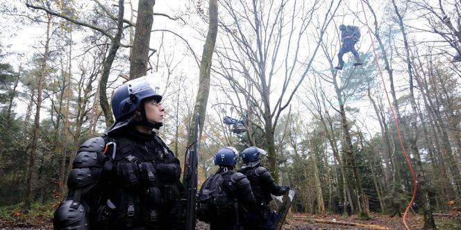 Un opposant au futur aéroport de Notre-Dame-des-Landes suspendu à un filet, alors que les forces de l'ordre tentent de l'en déloger, samedi 24 novembre.