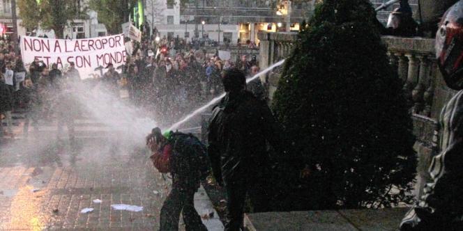 A Nantes, alors que des manifestants s'approchaient de la préfecture, la police a usé de canons à eau pour les disperser, samedi 24 novembre.