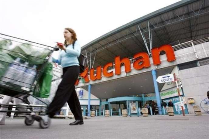 Auchan a annoncé une révolution de son modèle d'organisation au profit d'un management en pyramide inversée. « En période de crise, ce sont ceux qui sont le plus près du terrain qui comprennent le mieux les besoins des clients et qui peuvent y répondre », explique Jean-André Laffitte, DRH d'Auchan France.