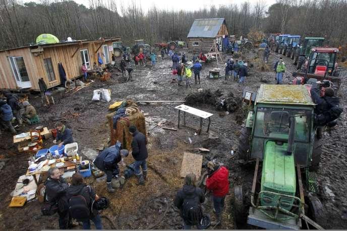 Des tracteurs positionnés et enchaînés autour des nouvelles cabanes construites par les opposants au  projet du futur aéroport nantais, sur le site de Notre-Dame-des-Landes, le 26 novembre 2012.