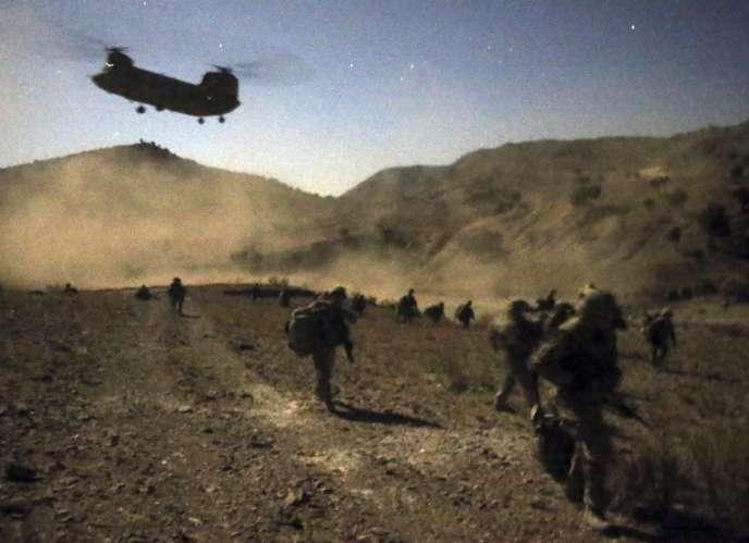 Des soldats afghans et américains débarquent d'un hélicoptère à proximité de la frontière avec le Pakistan, le 1er novembre.