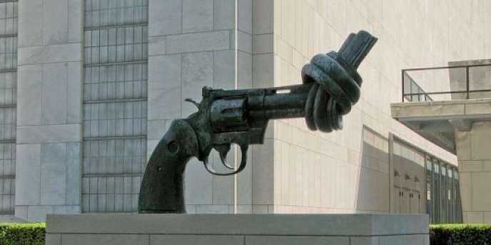 La statue du pistolet à nœud de Carl Fredrik Reutersward devant les Nations-Unies à New York. Elle symbolise la mission qu'a l'ONU d'éradiquer la violence dans le monde.