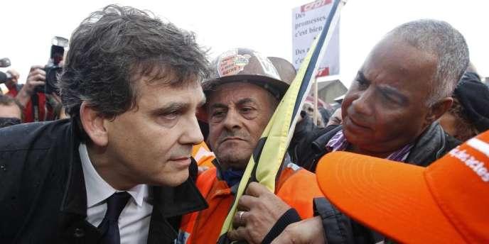 Le ministre du redressement productif, Arnaud Montebourg, avec les ouvriers d'ArcelorMittal, à Florange, jeudi 27 septembre 2012.