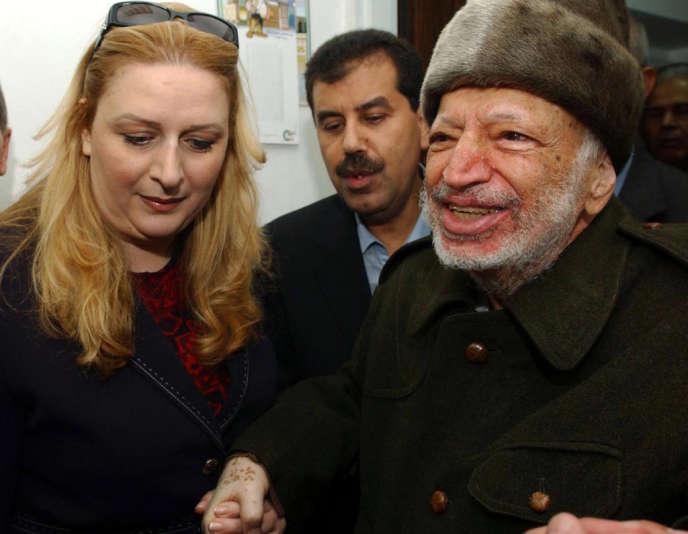 Le président de l'Autorité palestinienne, Yasser Arafat, et son épouse Souha, le 29 octobre 2004, lorsqu'il quitte, malade, son QG de Ramallah.
