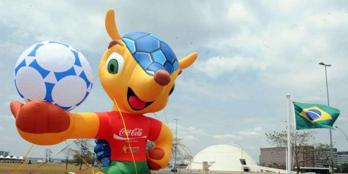 Le tatou du Mondial 2014 prend la pose sur l'esplanade des ministères, à Brasilia, fin septembre.