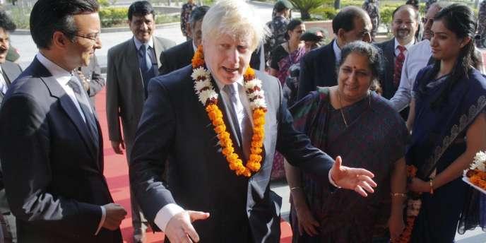 Le pétulant Boris Johnson, en visite en Inde, invite le numéro un mondial de l'acier à quitter l'Hexagone et à se réfugier outre-Manche.