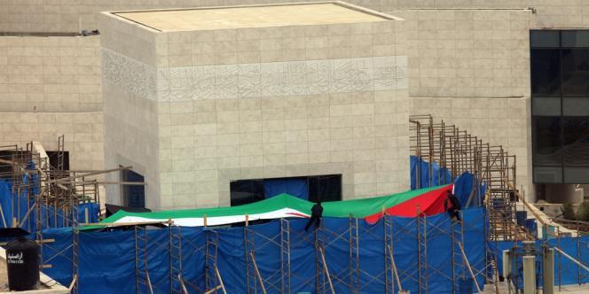 Des tentures sont dressées devant l'entrée du mausolée d'Arafat en vue de le mettre à l'abri des regards pendant l'exhumation le 27 novembre 2012.