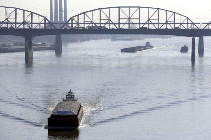 Des barges remontent le Mississippi à Saint Louis, le 16 novembre. La baisse du niveau du fleuve pourrait empêcher la navigation.