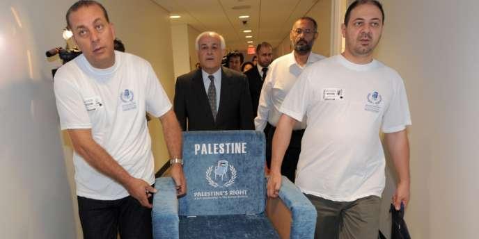 L'ambassadeur de la Palestine auprès de l'ONU, Riyad Mansour (au centre), en septembre 2011 au siège de l'ONU à New York.