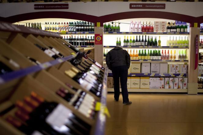 Un client au rayon vins dans un supermarché de Pékin.