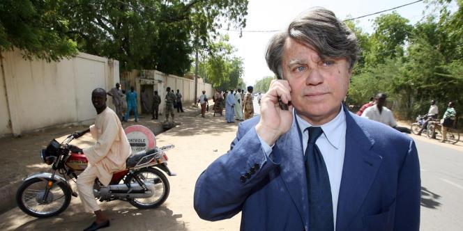 Gilbert Collard, devant la prison de N'Djamena, le 20 décembre 2007.