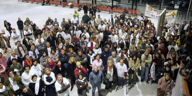 Quelque 200 membres de l'association l'Arche de Zoé et du Collectif des familles pour les Orphelins du Darfour (CFOD) attendent, le 25 octobre 2007 à l'aéroport de Vatry,  103 enfants du Darfour via l'association L'Arche de Zoé.