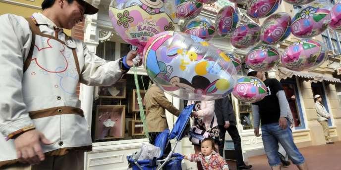 Le parc d'attraction éponyme de Tokyo a annoncé cette semaine qu'il suspendait son achalandage des Mickey, Donald et autres personnages gonflés à l'hélium pour cause de pénurie.