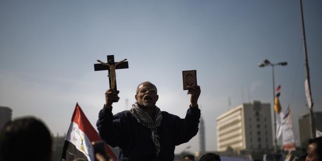 Des militants anti-Morsi manifestent en Egypte, après l'adoption à marche forcée de la Constitution par une commission dominée par les islamistes, accentuant la tension entre le président issu des Frères musulmans et son opposition - ici, des protestataires place Tahrir au Caire.