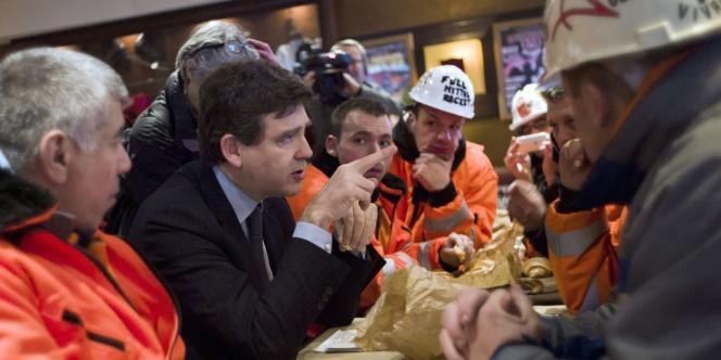 Arnaud Montebourg a partagé un petit-déjeuner avec les salariés d'ArcelorMittal de Florange installés depuis mercredi devant Bercy.