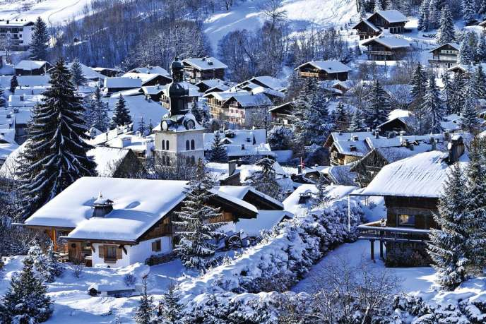 A Megève, en  Haute-Savoie, ville prisée par une clientèle internationale, il faut compter 10 millions d'euros pour un chalet et 5 millions d'euros pour un appartement de prestige, selon Sotheby's International Realty.