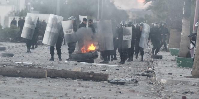 Vendredi, des heurts ont éclaté entre la police anti-émeute tunisienne et des manifestants à Siliana, en Tunisie.