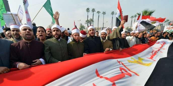Des membres d'Al-Azhar ont participé samedi 1er décembre à la manifestation de soutien au président Mohamed Morsi devantl'université du Caire, en Egypte.