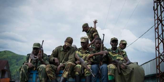 Des rebelles du M23 quittent leurs positions de la ville de Goma le 30 novembre 2012.