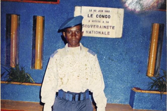 Dans l'est de la République démocratique du Congo, 30 000 soldats de l'armée régulière ont été mis en déroute par les quelque 2 500 rebelles du Mouvement du 23 mars. Ici, un homme des FARDC  en uniforme.