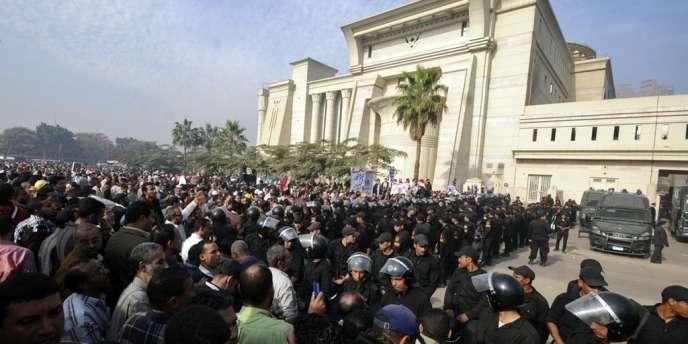 Des manifestants se massent devant la Haute Cour constitutionnelle égyptienne, dimanche 2 décembre.