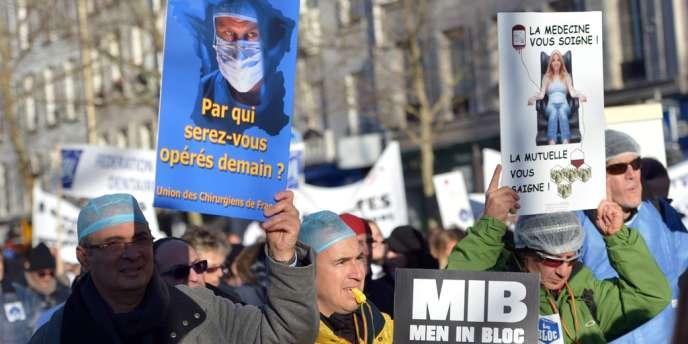 Des centaines de médecins ont manifesté à paris, le 2 décembre 2012.