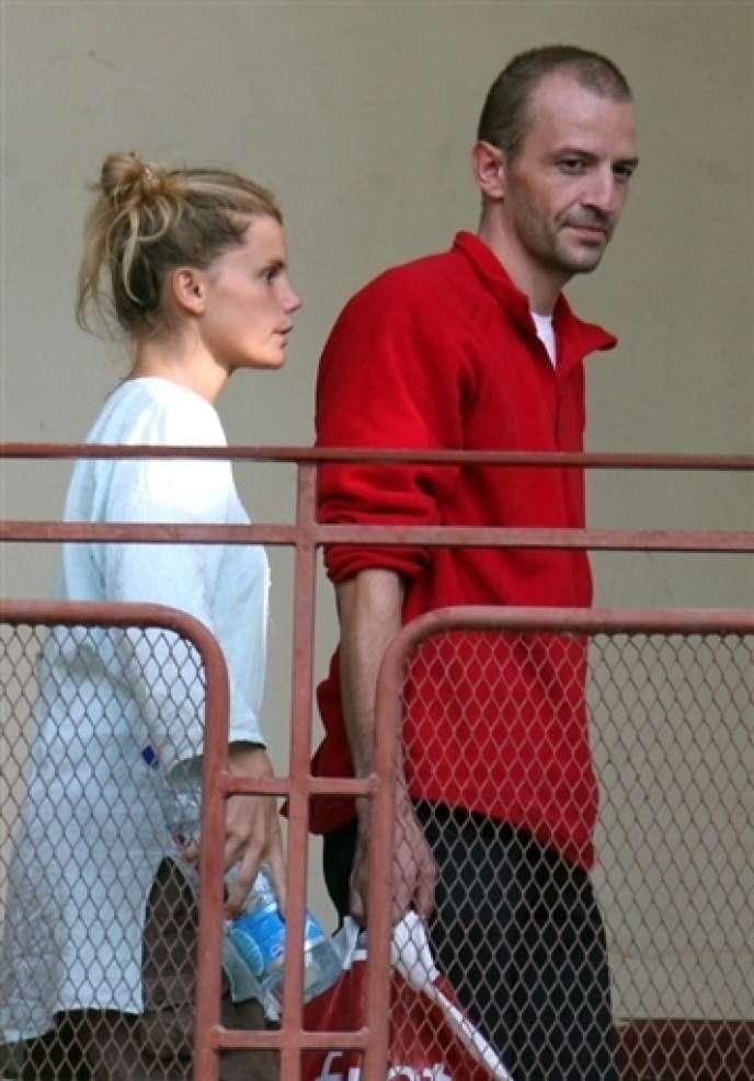 Eric Breteau et sa compagne Emilie Lelouch, les deux fondateurs de l'organisation L'Arche de Zoé, le 24 décembre 2007 au Tchad.