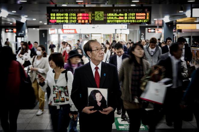 Shigeo Iizuka porte le portrait de sa sœur Yaeko, enlevée par des agents nord-coréens en juin1978 à l'âge de 22 ans. Jérémie Souteyrat pour