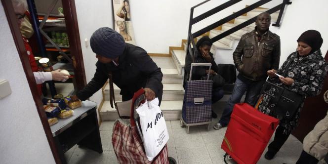 Des immigrés congolais dans un bureau de la Croix-Rouge, près de Madrid, le 20 novembre.