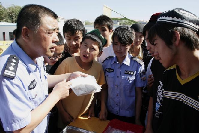 La police chinoise fait de la prévention contre les drogues auprès de jeunes Ouïgours dans la province du Xinjiang. En 2011, les consommateurs de méthamphétamines représentaient 23 % des usagers de drogues en Chine contre 9% en 2008.