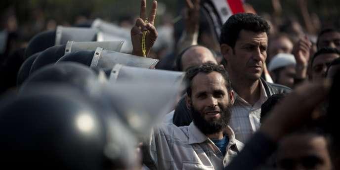Des partisans du président Mohamed Morsi manifestent devant la Haute Cour constitutionnelle, le 2 décembre au Caire.