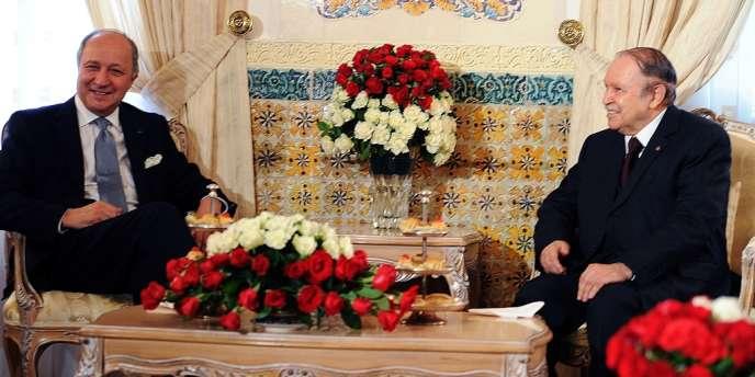 Le président algérien Abdelaziz Bouteflika (à droite) avait reçu le chef de la diplomatie française, Laurent Fabius, venu préparer en juillet la visite d'Etat de François Hollande en Algérie, les 19 et 20 décembre 2012.