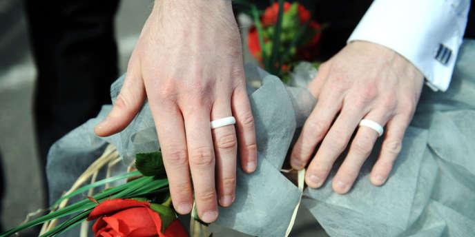 Les Français continuent d'approuver majoritairement l'union des couples de même sexe.