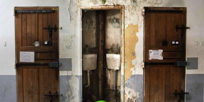 Humidité dans un entre-deux cellules d'une coursive de la maison d'arrêt des hommes.