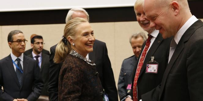 Hillary Clinton discute avec le chef de la diplomatie britannique William Hague, le 5 décembre à Bruxelles, au siège de l'OTAN.