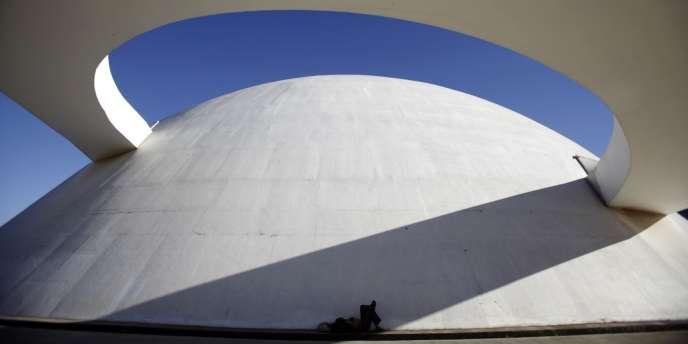 Les formes futuristes du musée national de Brasilia.