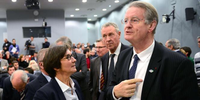 Bernard Lapasset (à droite), en compagnie de Valérie Fourneyron, ministre des sports Valérie, et de Guy Drut, membre du CIO, mercredi 5 décembre dans les locaux de l'INSEP.