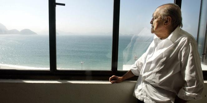 Oscar Niemeyer, dans ses bureaux de Rio de Janeiro, en juin 2003.