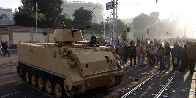Un véhicule de transport de troupes, devant le palais présidentiel, le 6 décembre.